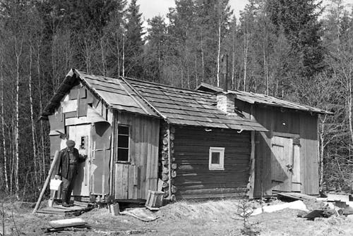 I denna stuga bodde en man som kallades Flank Anders. Stugan ligger i Gammelfall norr om Rengsjö och blir här föremål för en undersökning av hembygdsforskare John Wästman. Stugan är byggd i etapper med olika material och estetik. Mittendelen är timmerbyggnad med ett utsprång på vardera sida av plank. 1967 när stugan undersöks av Wästman är den något förfallen och sliten. Portar hänger snett på sina gånggärn, husfasaden faller av och stuprännor har fallit ned.