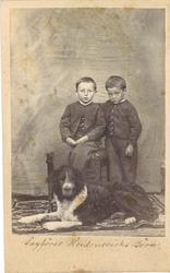 heilfigur fotografi av to  små gutar kledd i jakker, bukser