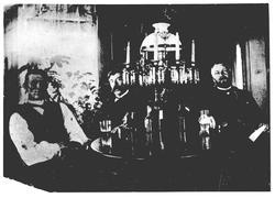 Hyggestund i stua på nordre Skjønhaug i Trøgstad 1908. Ved