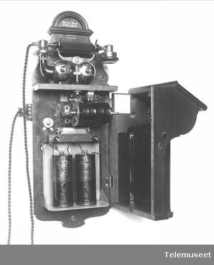 Telefon, magneto veggapparat i tre, med høy gaffel, klokke 400 ohm. 27.11.12. Elektrisk Bureau.