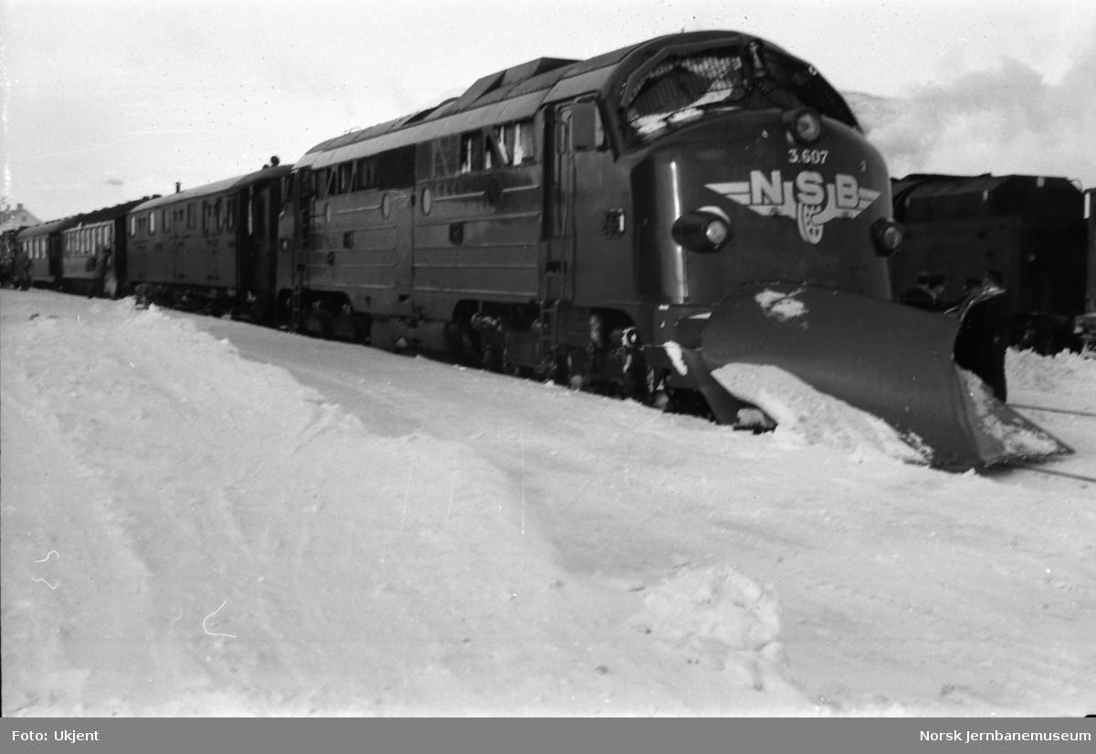 Diesellokomotiv Di 3 607 med stor frontplog på Finse stasjon