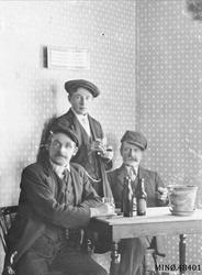 Fra Søstrene Jørgenshaugs café kafé. Fra venstre: ukjent, Mi