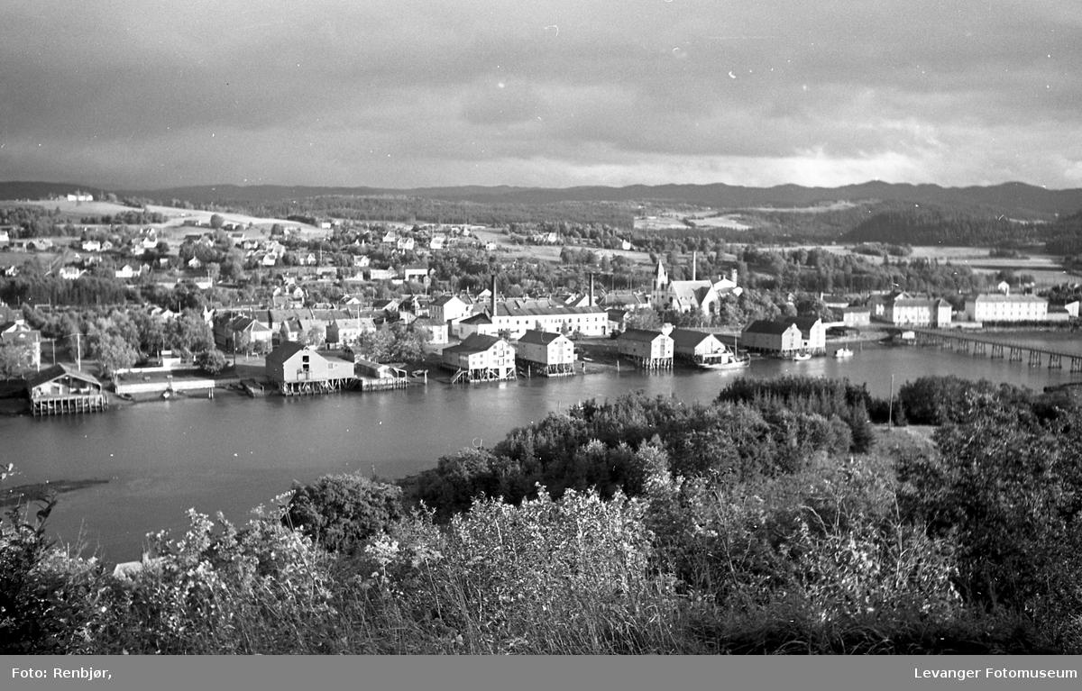 Utsikt over Levangersundet fra Nesset., bryggerekke og melkefabrikken.