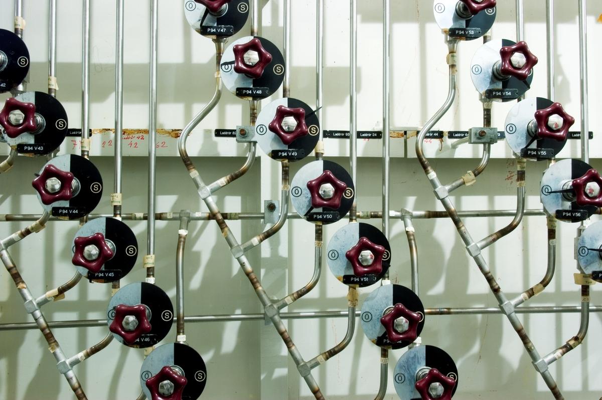 Ågesta kärnkraftverk. Under 2005 gjorde Tekniska museet tillsammans med Stockholms Läns Museum och Länsstyrelsen i Stockholms län en fotodokumentation av Ågesta kraftvärmeverk, Sveriges första kommersiella kärnkraftverk, Foto: Nisse Cronestrand. Bildbeskrivningar: Ingenjör Åke Bergman. Bilden föreställer: Plan 07 driftsrum 0724. Ventilbank till system P94. Installationer: P94, P205, P208, P209 samt  P248. Förklaring av system framgår av rapport: Statens Vattenfallsverk A23/60 5/4 1960.