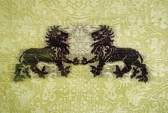 """Enl liggare: """"Messhake med inväfda violett färgade lejon- och fågelfigurer, från 1300-talet""""  Tyget är troligen vävt i Lucca, Italien.    Litteratur: """"Medeltida vävnader och broderier i Sverige"""",  A. Branting och A. Lindblom. 1928/29. (Sid 89 ff, pl 204.) """"Medeltida textilier i Skara Domkyrka"""", Skara I,  Inger Estham. 1986 """"Ur Textilkonstens historia"""", Agnes Geijer. 1972. (sid 168 ff.)"""