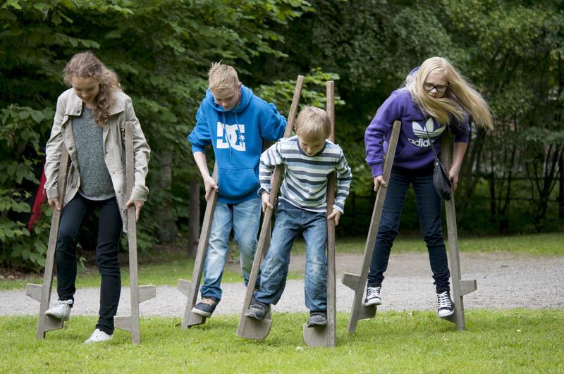 barn går på stylter på Norsk Folkemuseum (Foto/Photo)