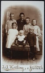 Gruppe 7 barn. 1. rekke f.v. Hjørdis Vaaler, Arvid Vaaler, K
