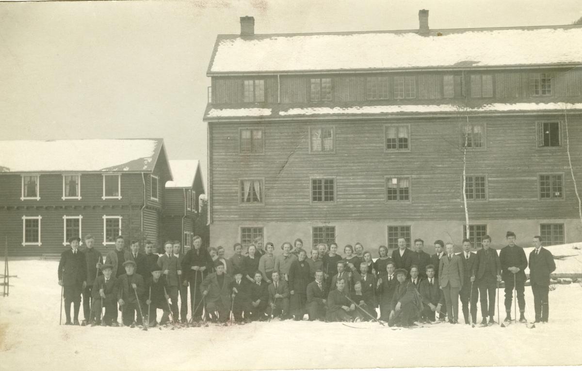 Elever ved Valdres Folkehøgskule sammen med Knut Hermundstad.