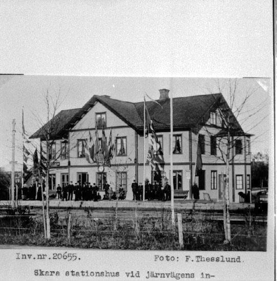 Bildtext: Skara stationshus vid järnvägens invigning.
