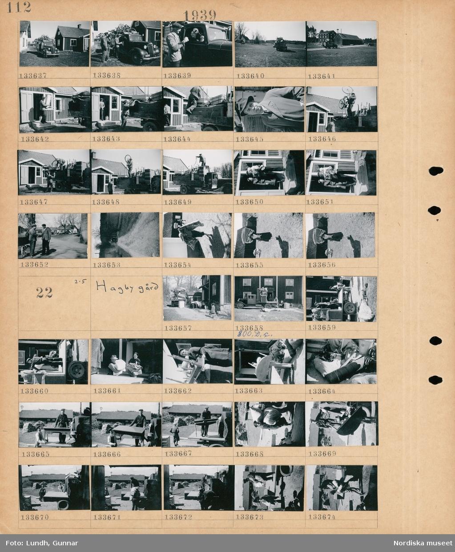 Motiv: Alby gård; Människor står vid en lastbil lastad med möbler, en lastbil med möbler kör iväg, män lastar möbler på en lastbil, porträtt av en man troligen författaren Ivar Lo-Johansson, en kvinna och  en man som håller ett barn står i en dörröppning, två män hälsar på varandra, landskapsvy med väg och en lastbil, en kvinna bär sängkläder på huvudet.  Motiv: Hagby gård; En lastbil med möbler står parkerad vid ett hus och män och kvinnor lastar av möblerna och bär in dom i huset.