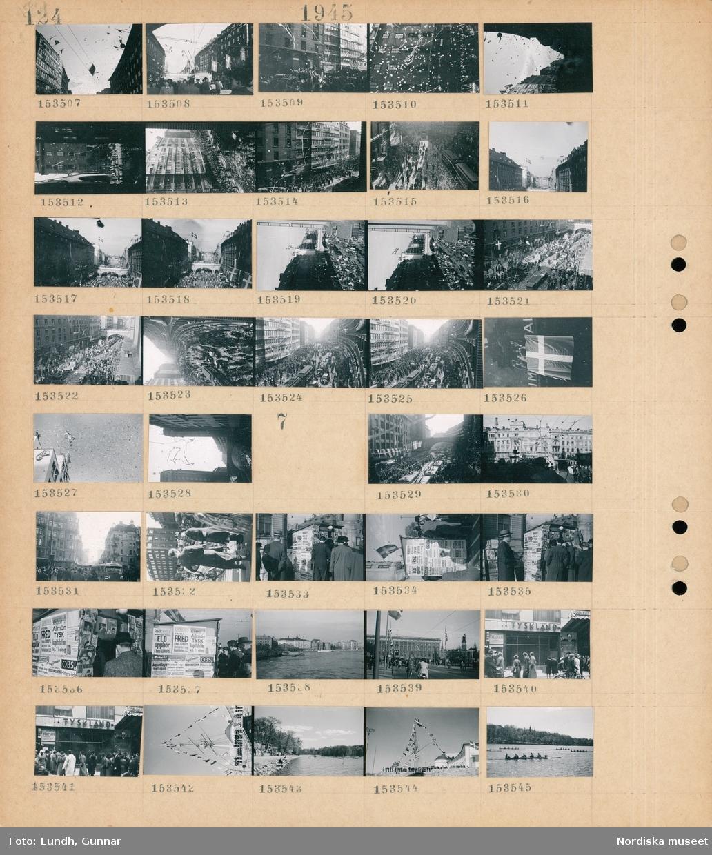 """Motiv: (ingen anteckning) ; Firandet av Fredsdagen 1945 på Kungsgatan med en folksamling och papper som kastas ut från fönstren, bilar och spårvagnar på Kungsgatan under firandet, kvinnor och män står på en balkong med svenska flaggan, papper falller i luften.  Motiv: (ingen anteckning) ; Firandet av Fredsdagen 1945 på Kungsgatan med en folksamling och pappaer som kastas från fönster, spårvagnar och bilar på gatan, en folksamling läser löpsedlar """"Eld upphör i hela Europa"""" """"Fred"""" """"Allmän Tysk kapitulation kl 1 idag"""", stadsvy med vatten och fartyg och bebyggelse, stadsvy med cyklister, en folksamling tittar på ett skylfönster med skylt """"Tyskland"""", en folksamling vid Sjöhistoriska museet, kapprodd."""