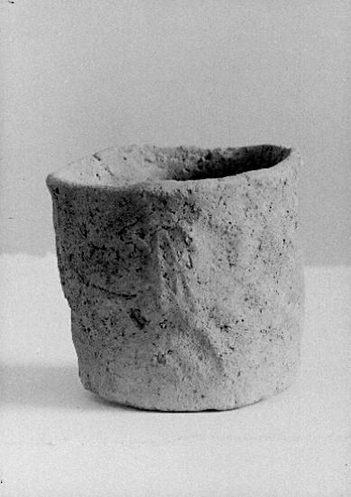Bildtext: Västra Gerums socken. Blombacka. Urna av bränd lera, hällkistfynd 1948.