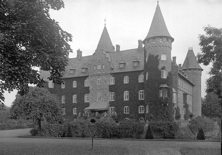 Trolleholm, gods. En fyrlängad borg (Eriksholm) med två diagonalt ställda hörntorn uppfördes omkring 1538.Den brann 1678, omgestaltades på 1700-talet i rokoko och förvandlades på 1880-talet av Ferdinand Meldahl till ett praktfullt renässansslott. Slottet omges av vattengravar och en storslagen park och rymmer bl.a. ett värdefullt bibliotek. http://www.ne.se/jsp/search/article.jsp?i_art_id=331598