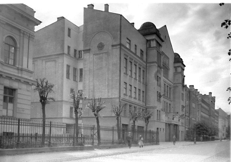 Bildtext: Hoffotograf G. Heurlin. Östermalmsgatan 56. STOCKHOLM. Tel: 602274. Karlavägen.