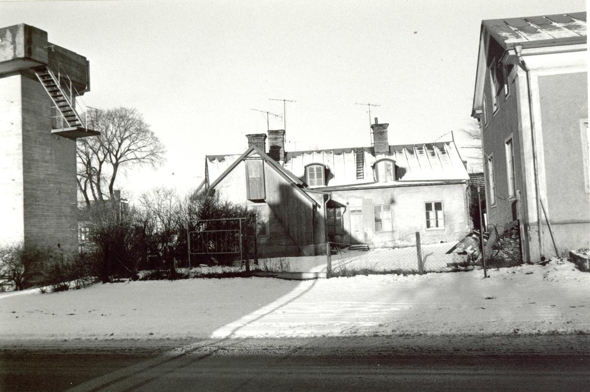 Hus från Sandåsgatan. Till höger syns det gamla luftbevakningstornet vid macken mitt emot gasverket.
