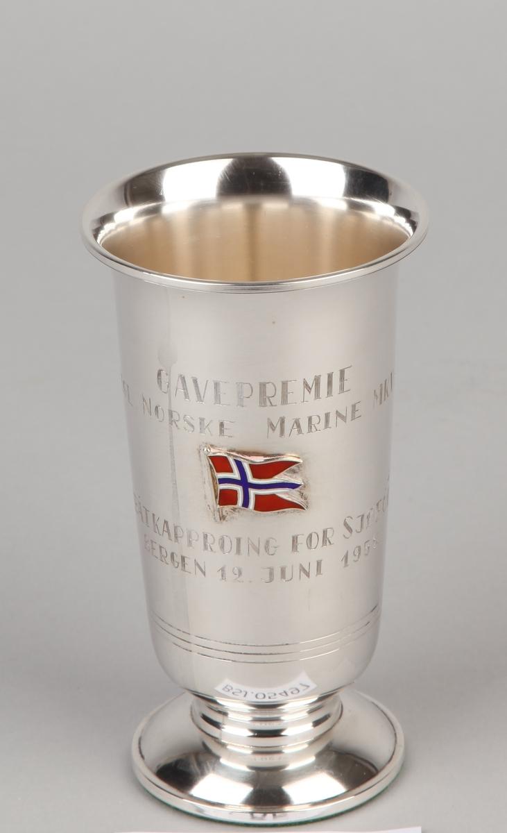 Sølvpokal gitt Kgl. Norske Marine i 1958. På sokkel med emaljert norsk flagg.