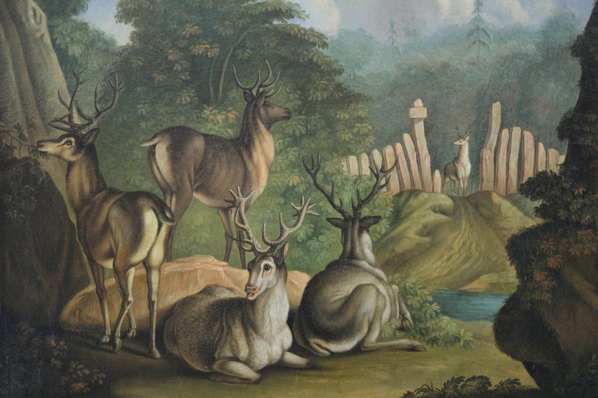 Liten bergkløft med to stående og to sittende kronhjort. Trær i mellomgrunnen til venstre, til høyre plankegjerde med en port det kommer en kronhjort gjennom. I bakgrunnen skog.