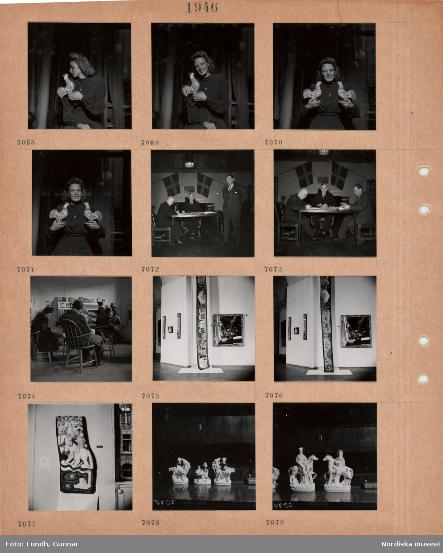 Motiv: Kvinna håller i en målad tuppfigur, kvinna håller i två målade tuppfigurer, tre män vid ett arbetsbord med papper, svenska flaggor på väggen, män och kvinnor i en läsesal med bokhylla, stolar, utställningssal med konst, porslinsfigurer på en byrå.