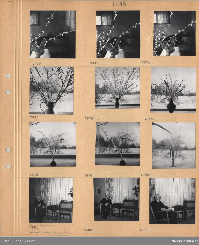 Motiv: Sälgkvistar och målad tuppfigur, kvistar i vas, kvist med hängen, en man, kompositören Hugo Alfvén påsk i Långbersgården Dalarna, i kostym sitter i en stol vid en grammofon med skiva, radio, ljusstake med tänt ljus.