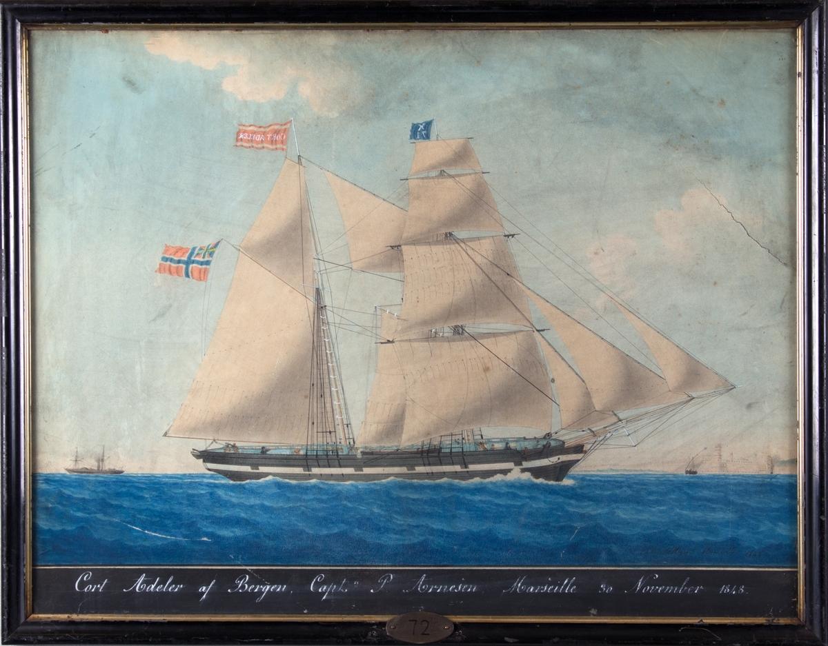 Skonnertbriggen CORT ADELER utenfor Marseille. Skipet har malte kanonporter, og i bakgrunnen sees et dampskip. Skipet fører signalflagg X71, svensk-norsk unionsflagg i aktermast.