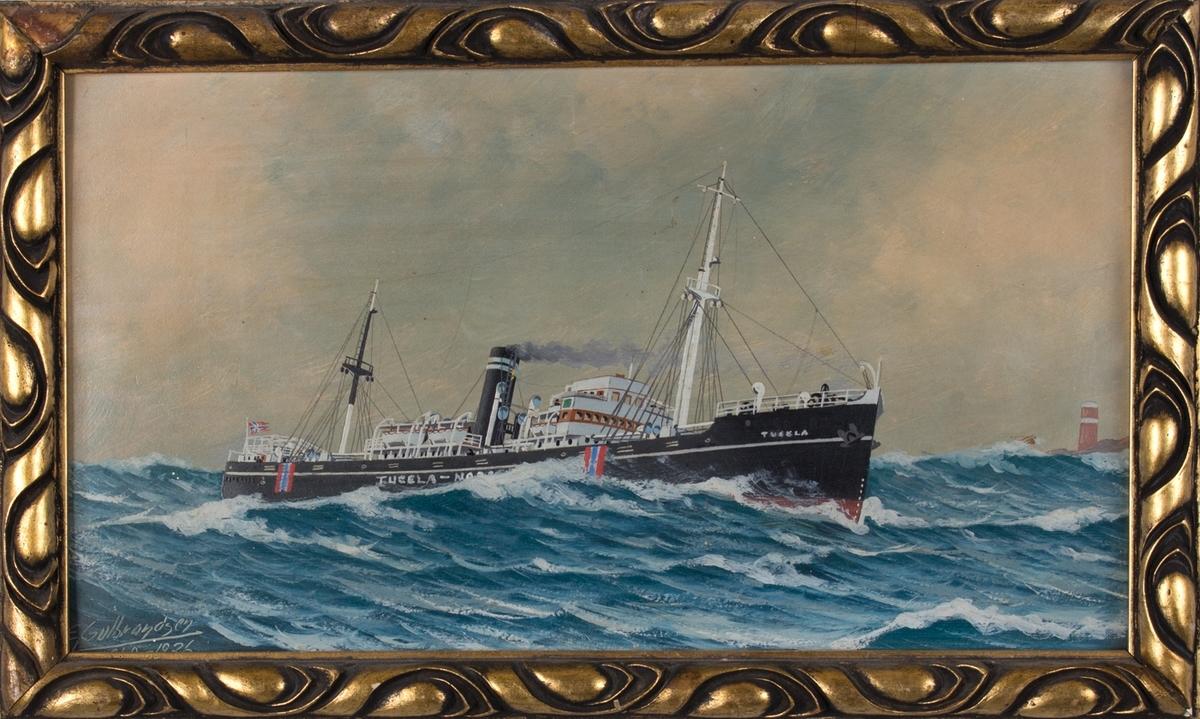 DS TUGELA i opprørt sjø. Skipet har norske nøytralitetsflagg malt på skutesiden. Rødt fyrtårn til høyre i motivet.