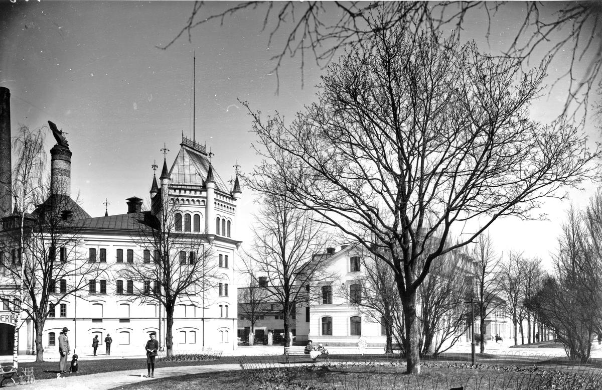 """Nygatan och Västra Vägen med Ångbryggeriet. Kvarnparken som sträcker sig från sjukhemmet Grapes Minnes östra sida fram till kyrkan. Bronsstaty av Gustav Vasa som Ida Matton formgivit och som skänkts av brodern Emil A. Matton. Statyn tillkom för att minna om att Gävle som en av Sveriges första städer anslöt sig till Gustav Vasas frihetsrörelse 1521. Den avtäcktes 1924. På granitsockeln finns inristat i guld """"Gustaf Eriksson Vasa 1521. Då trädde där fram gullhårig en yngling knappt tjugoårig"""". Under finns Vasakärven och de tre svenska regaliekronorna."""