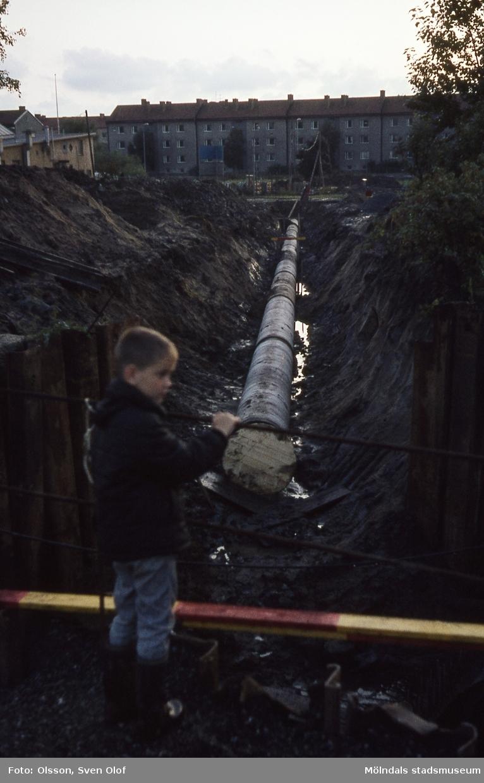 Pojken Bengt Olsson tittar på när vattenledning byggs i Lackarebäck, Mölndal, år 1965. K 1:12.