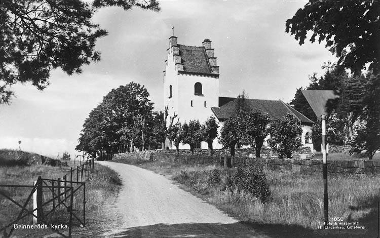 """Enligt Bengt Lundins noteringar: """"Grinneröd. Kyrka. Vykort Li 1050 Foto BL 27""""."""