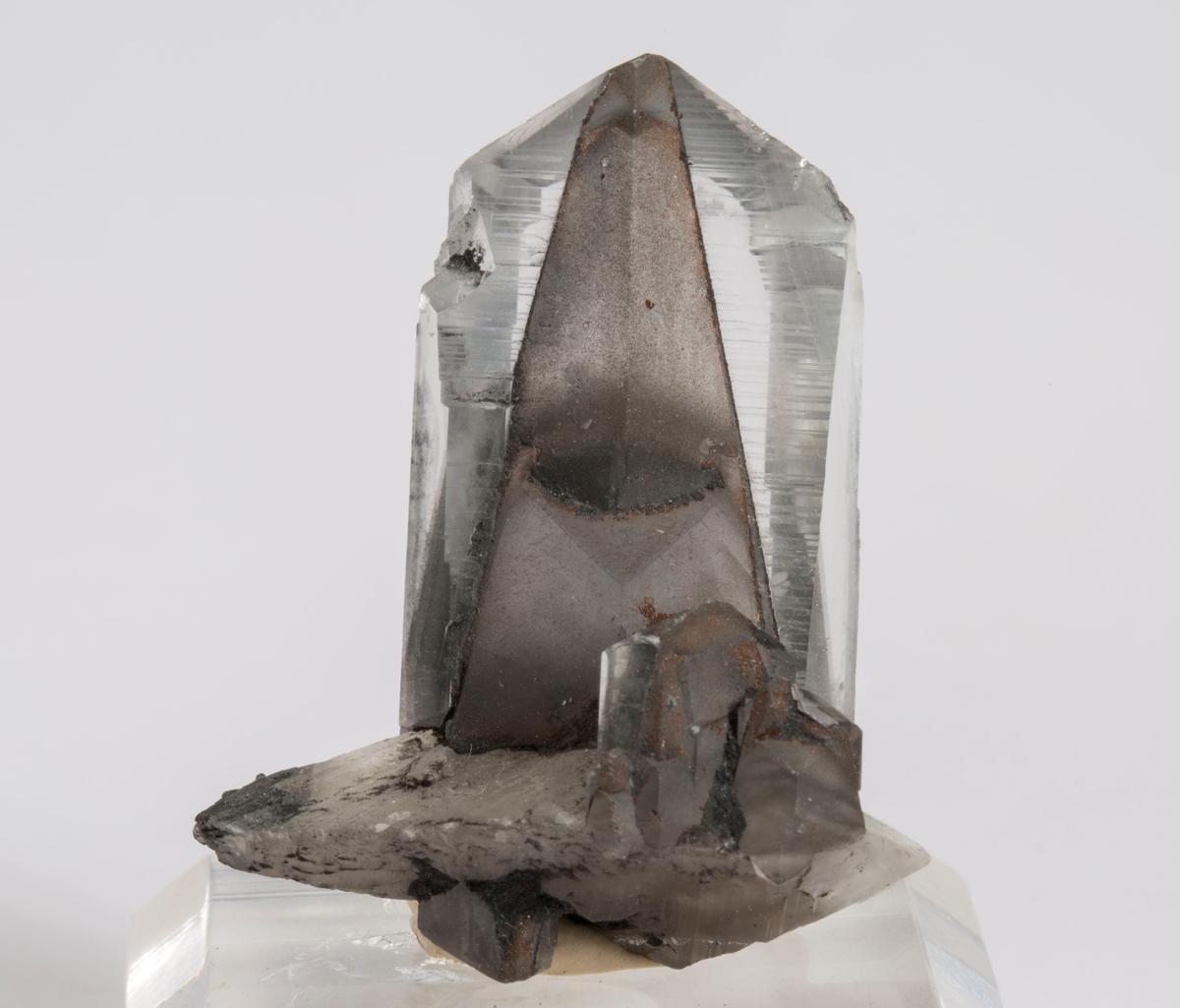 Kalsitt, fantom xl, på liten diskos, deler av fantom i det fri. Foto i Mineralien Welt.