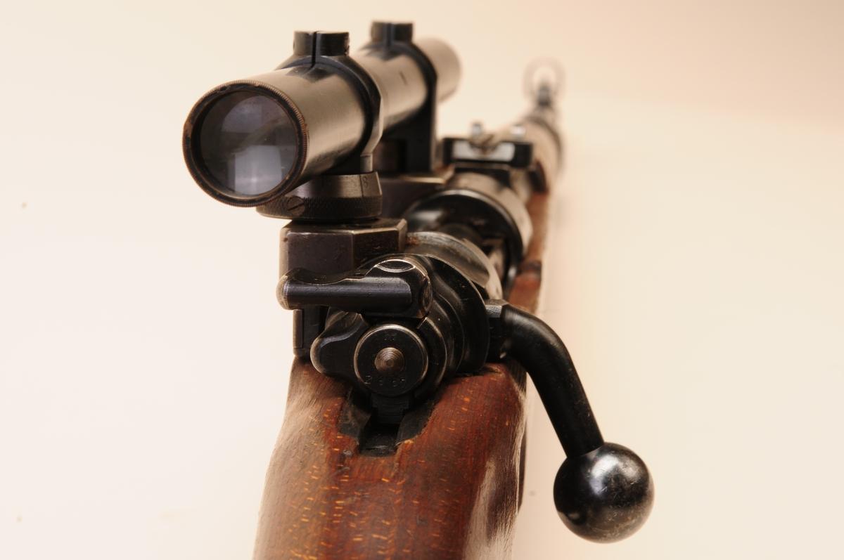 Tysk Mauser K98k påmontert noskinnkjøpt Viogtländerkikkert. Kikkerten er en av de 1000 som ble kjøpt inn til de 1000 kikkertsiktegeværene som ble laget av Krag-Jørgensengeværet.