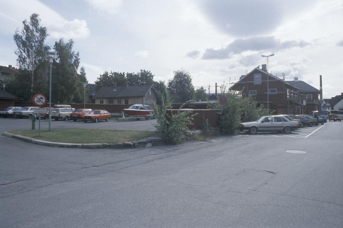 Lillehammer, parkeringsplassen ved Lillehammer Brannstasjon, mot øst. Gamlevegen til høyre med nr. 89B først og 89A bakenfor. Nordsetervegen 5 midt i bilde