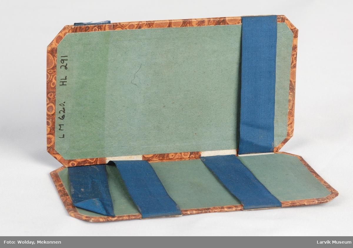 Form: rekt. m/brutte hjørner,4tverrgående blå ...som holder innholdet på plass