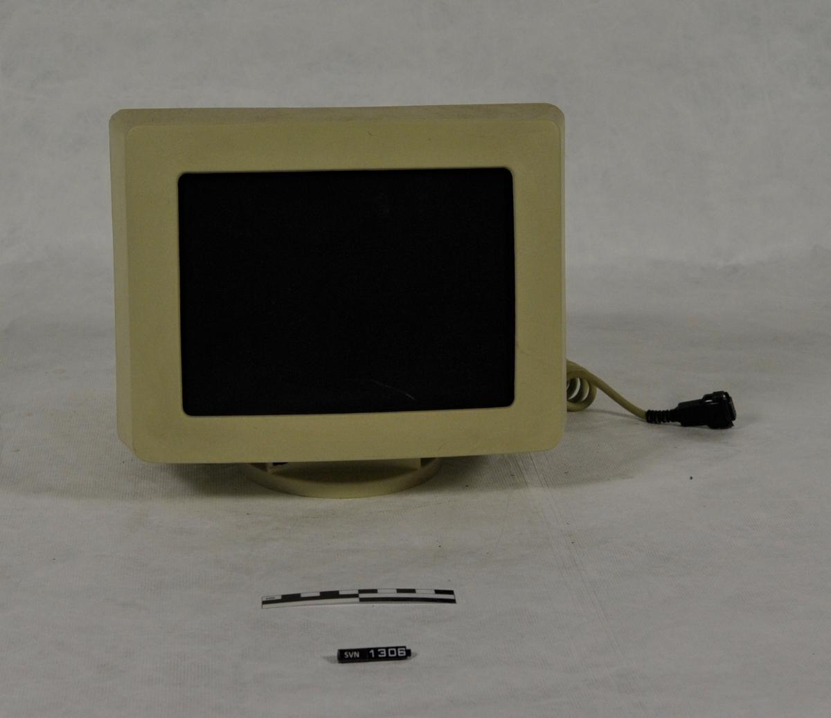 Datamaskinen består av kabinett (A), skjerm (B) og tastatur (C). Datamaskinen er gul/meget lys brun. I kabinettet er det to diskettstasjoner. Det var diskett i begge.