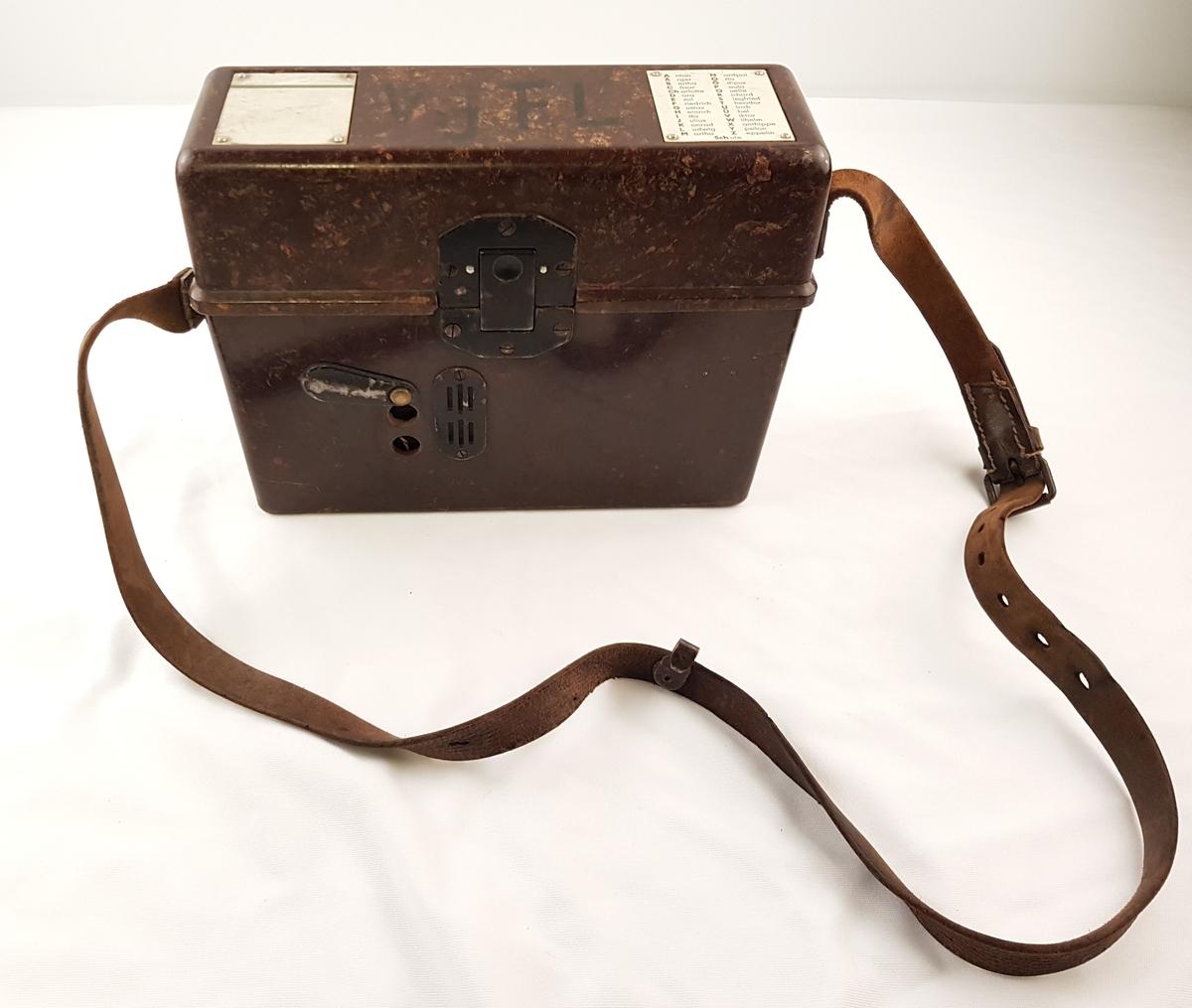 Tyskprodusert militær feltteleon av typen FF 33. Telefonen består av telefonapparat og sveiv. Den ligger fastmontert i en bakelittkasse med topplokk. Det tyske fonetiske alfabetet er montert på lokket. Koblingsskjema er montert på innsiden av lokket. Til kassen er det festet en lærreim.