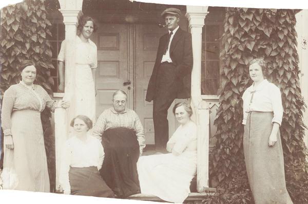 Sigurd Hoel med mor og søstre. Foto/Photo