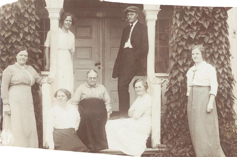 Sigurd Hoel med mor og søstre på storgangen ved Sagstua skole.