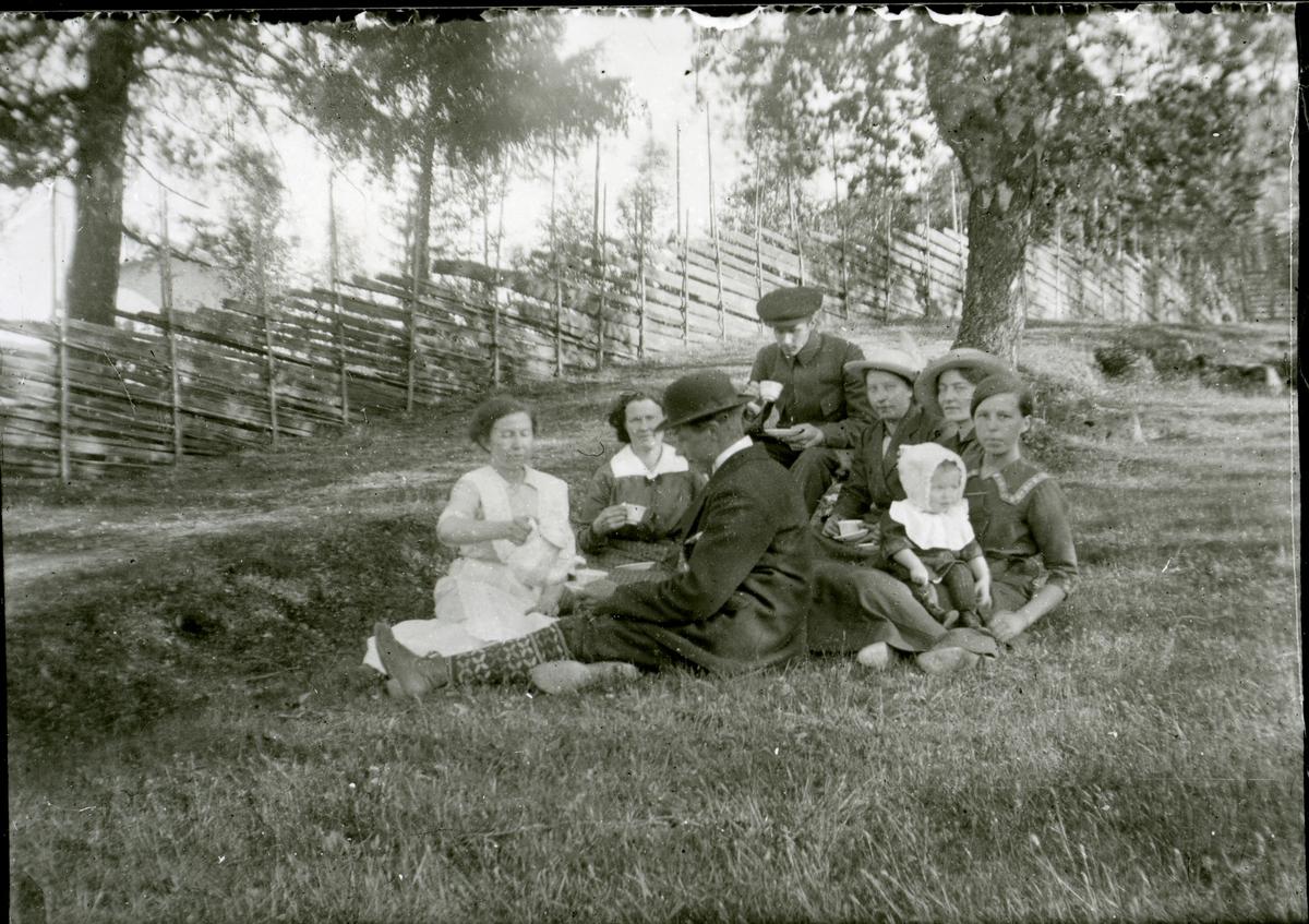 Ei gruppe ungdomar på tur, ca. 1910-15.