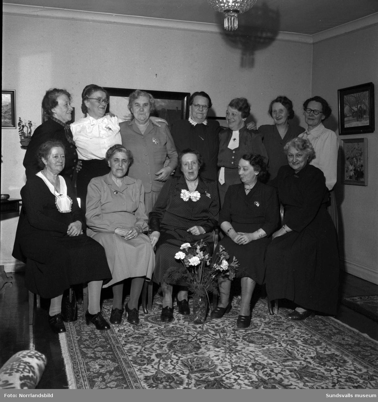 Tolv Sundsvallsdamer firade 50-årsminnet av sin skolavslutning. Gruppfoto.