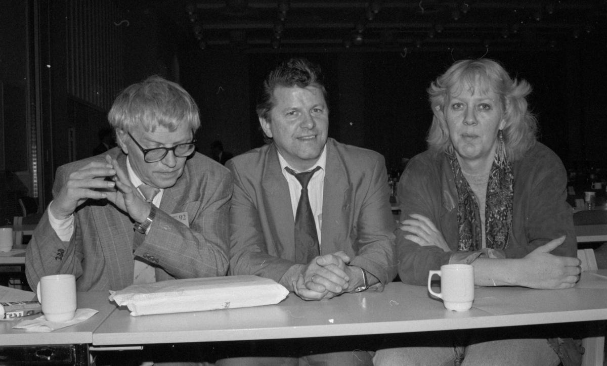 Portrett av to. Bjørn Bjørnsen gratulerer Torbjørn Jagland ved AP-landsmøte.