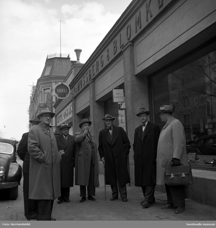 Landshövding Ragnar Stattin på Sundsvallsbesök. Bilden är tagen på Köpmangatan, bakom herrarna syns bensinstationen på hörnet mot Nybrogatan och bilfirman Mossberg & Blomkvist.