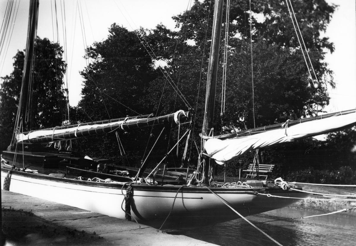 """""""Ingvor"""" i väntan på slussning, Göta kanal. Foto 1923."""