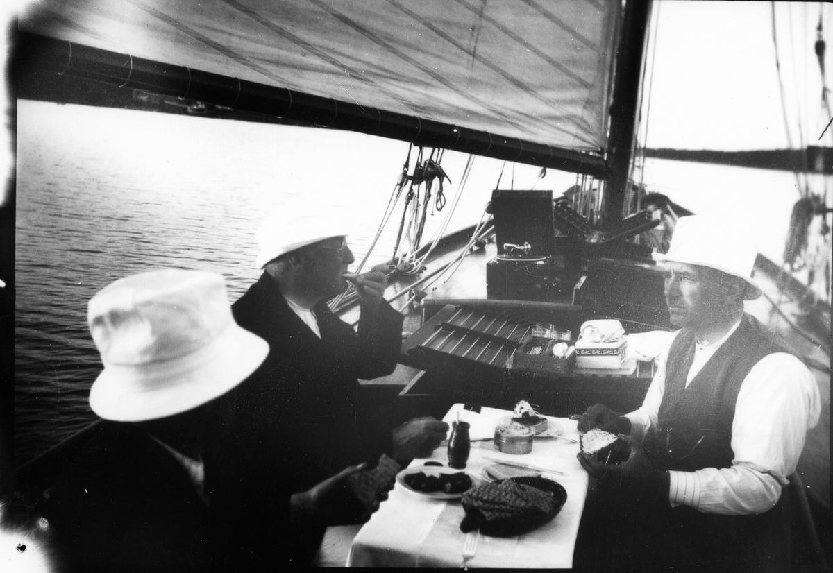 """Göta kanal. """"Ingvor"""", skaffning. Till vänster Josef Johansson och till höger Carl Norenberg."""