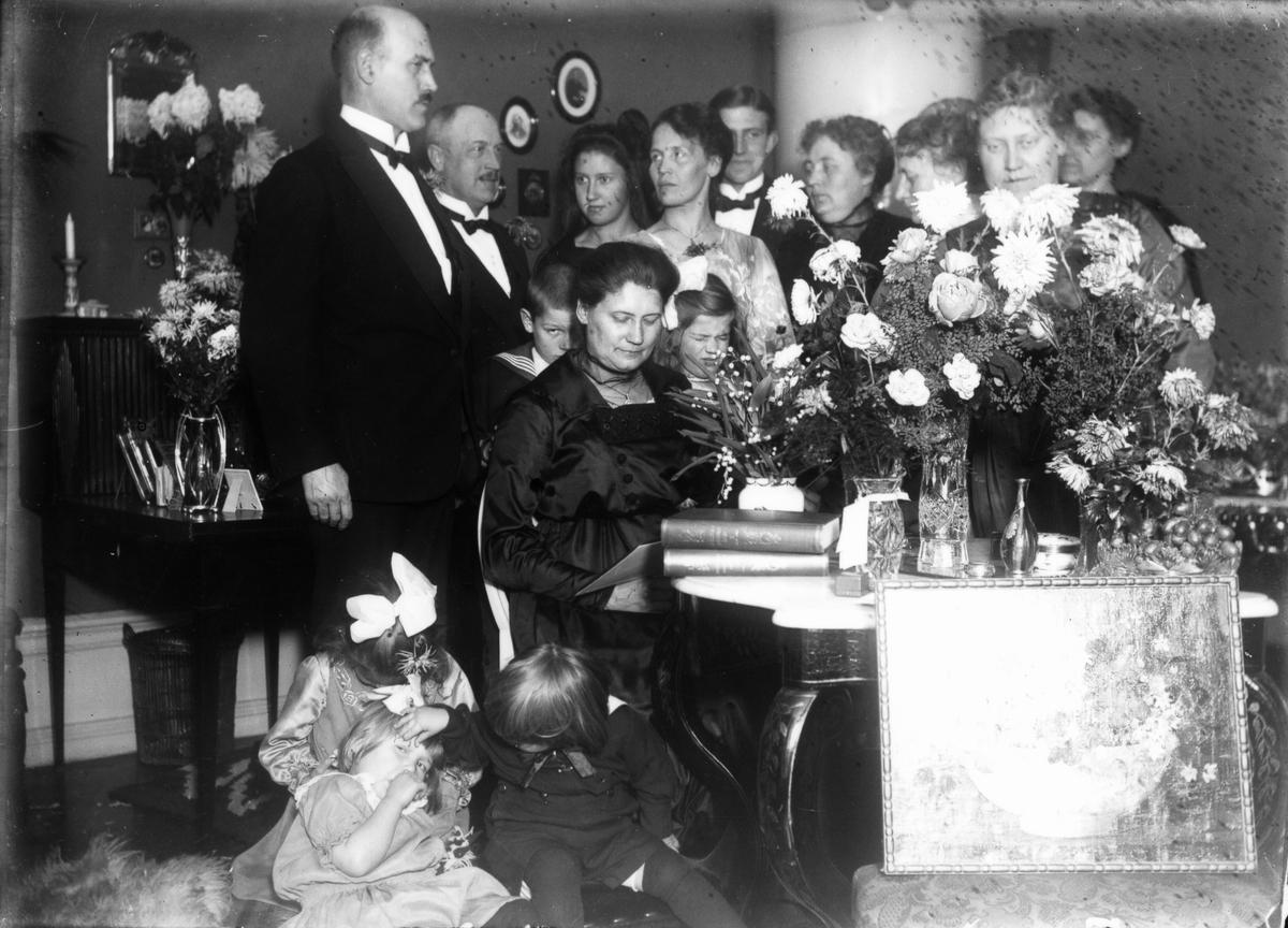 """Fröken Maria Johansson, Nygatan 37-39 i Gävle (nuvarande """"Rosa huset""""), på 50-årsdagen den 14 november 1919."""