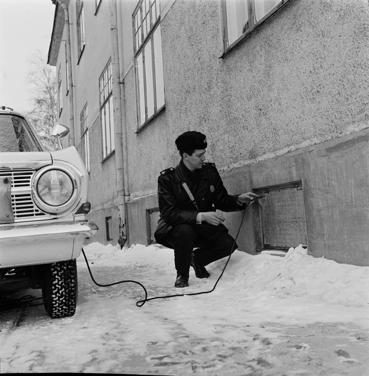 """Polis - """"motorvärmare måste handhas med förstånd"""", Uppsala 1966"""
