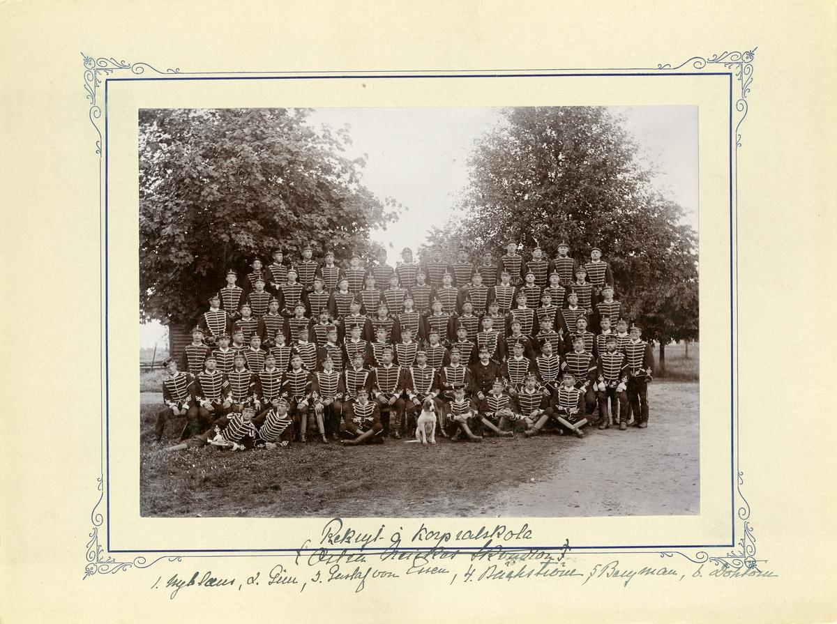 Grupporträtt av Rekryt- och korpral skolans elever vid Livregementets husarer K 3. För namn, se bild nr. 2.