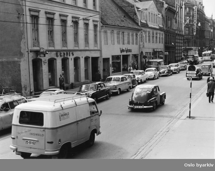 Trafikken i Rådhusgata, sett vestover fra hjørnet ved Dronningens gate