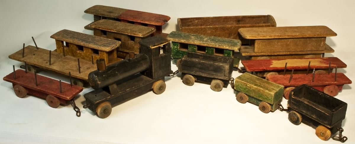 Leksakståg, av trä, innehållande lokomotiv och 13 vagnar. I tågsetet ingår 14 delar.