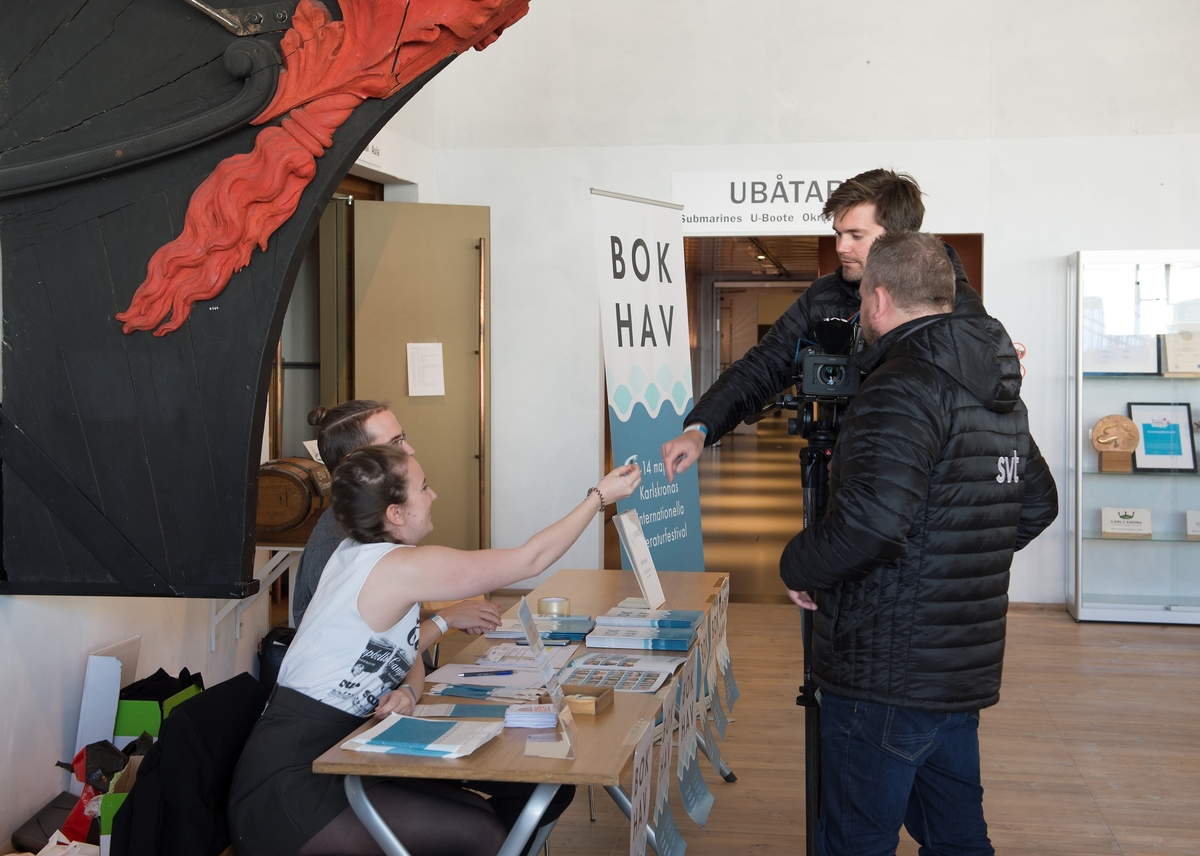Bok och Hav: En internationell litteraturfestival 12 - 14 maj 2017 invigdes i galjonshallen på Marinmuseum i Karlskrona. Medverkande är författare, poeter, översättare m fl. Besökare tas emot i Marinmuseums entré.