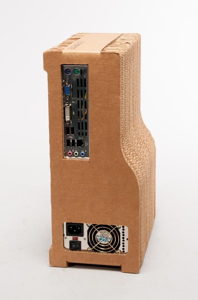 Persondator, i hölje av kartong.  ReCompute se: www.sustainable-computer.com  Datorn är designad som en L.I.P, Low Impact Product, för att minska produktens påverkan på miljö vid tillverkning, användning och avveckling.