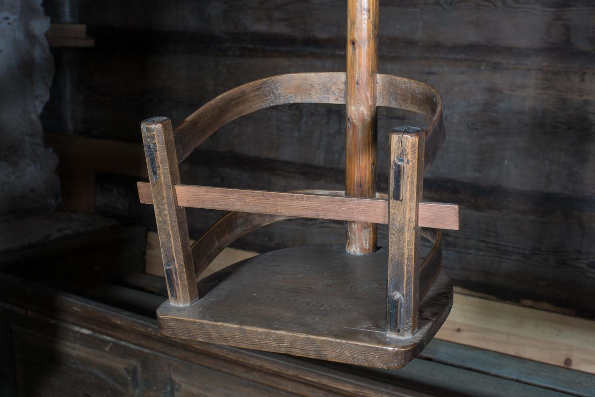 Gunga, barngunga, avsedd att hänga i taket. Sittbräda och två hörnstolpar och mellan dem två svängda ryggbrädor. Stång fäst i ryggen avslutat upptill med krok för upphängning. Tvärslå framtill så att barnet inte ramlar ur.